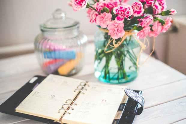 personal organizer and pink flowers on desk blog o eu melhor agenda